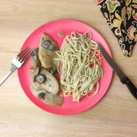 Pechuga con Salsa de Setas y Tallarines